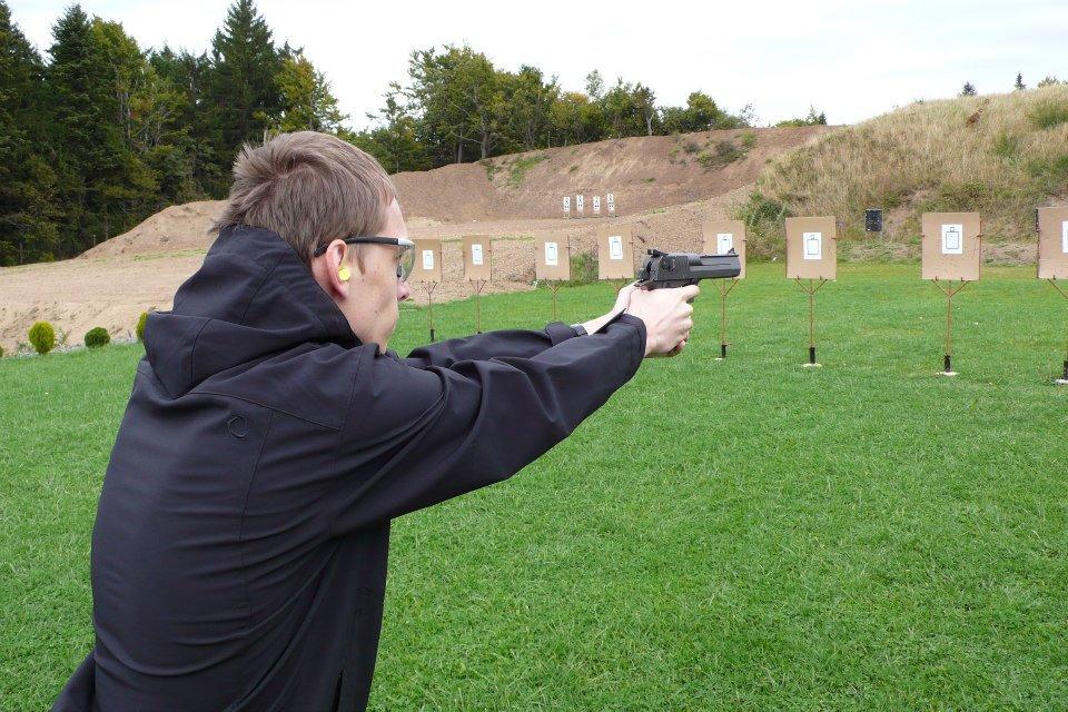 """""""Chtěl jsem si zkusit vystřelit z nejvýkonnější pistole na světě - Desert Eagle .50 Action Express,"""" pochlubil se. Zdroj fotky: Archiv Marka Maťovky"""